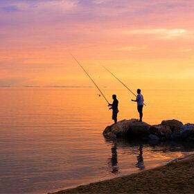 夕阳下海边垂钓