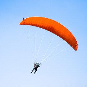 蓝天高空滑翔伞跳伞飞翔
